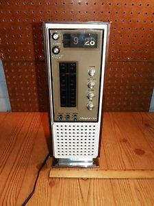 Vintage MAGNAVOX Flip Clock Radio Model 1R1784
